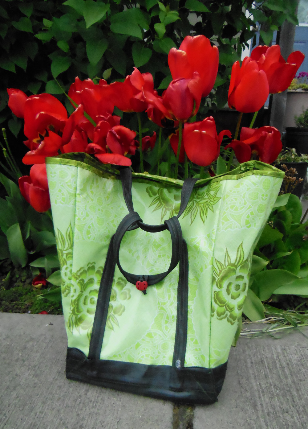 Oilcloth & inner tube shopping pannier - tulips | Bicitoro