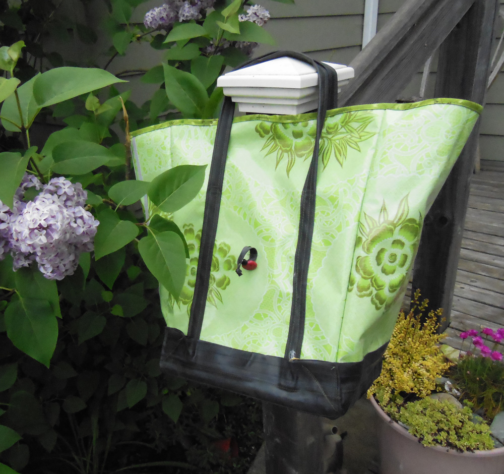 Oilcloth & inner tube pannier in the lilacs | Bicitoro